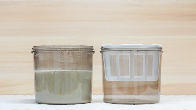 完成したヨーグルトと水切りフィルターを設置した容器