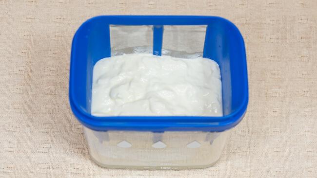 水切りヨーグルトができる容器にギリシャヨーグルトができている
