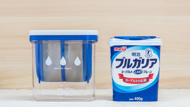 水切りヨーグルトができる容器と明治ブルガリアヨーグルトの比較