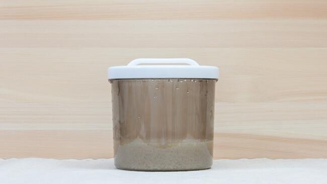 甘酒が完成してヨーグルトメーカーから容器を取り出した