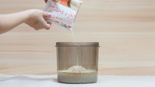 容器に米麹を入れている
