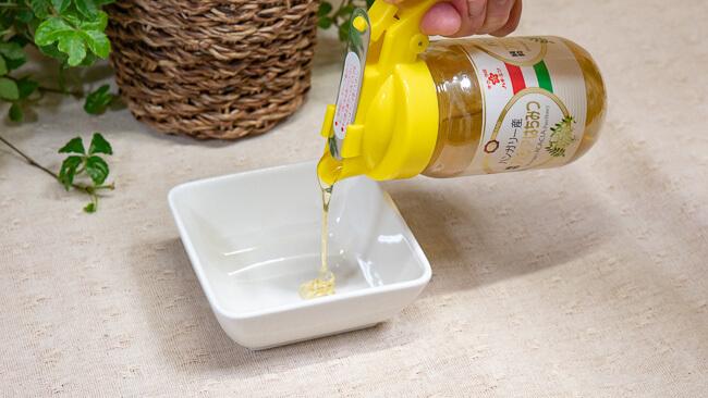 アカシア蜂蜜をお皿に出している