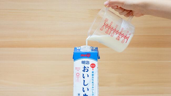 溶かした牛乳とR1ヨーグルトを牛乳パックに入れている