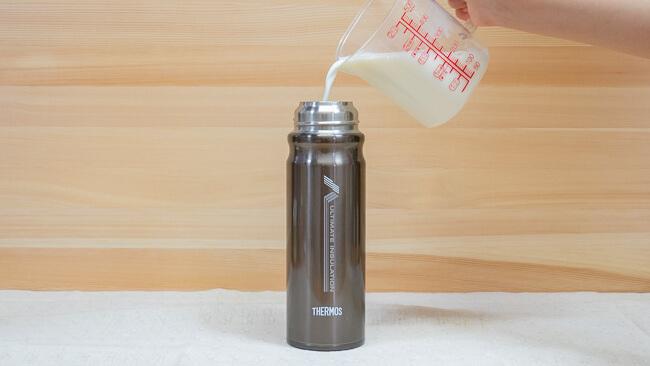 FFX-500の中にかき混ぜた牛乳とR1を入れている