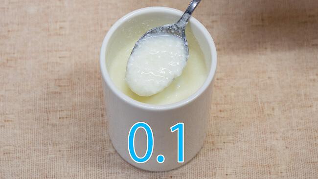 小岩井無脂肪牛乳で作ったヨーグルトをスプーンですくった