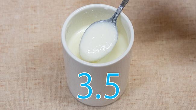 森永おいしい牛乳で作ったヨーグルトをスプーンですくった