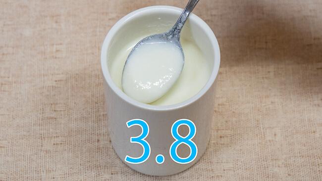 北海道3.8牛乳で作ったヨーグルトをスプーンですくった