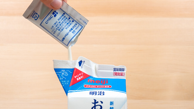 牛乳パックに種菌を投入している