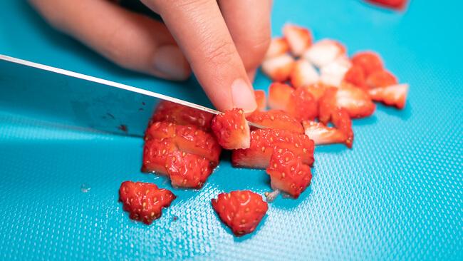 イチゴを切っている