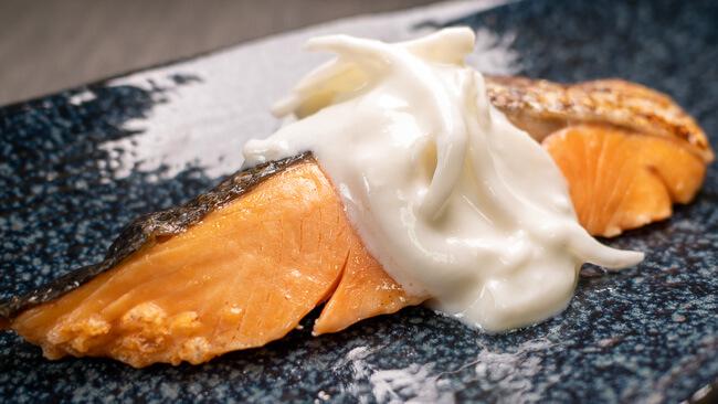 銀鮭の塩焼と玉ねぎヨーグルト