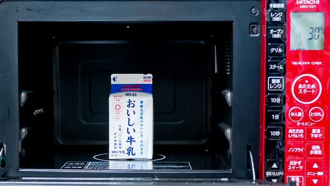 電子レンジで牛乳を温めている