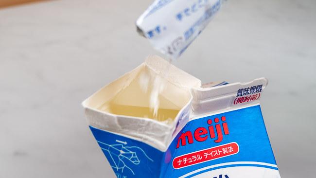 牛乳パックにオリジナルケフィアを入れている