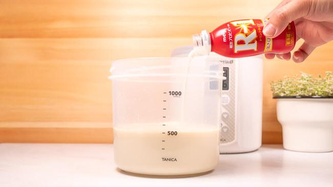 残りのR1ドリンクタイプを豆乳の入った容器に入れている