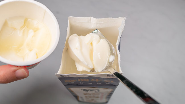 牛乳パックにトリプルヨーグルトを投入している