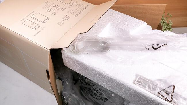 箱からしっかり梱包されたヨーグルトメーカーを引き出している